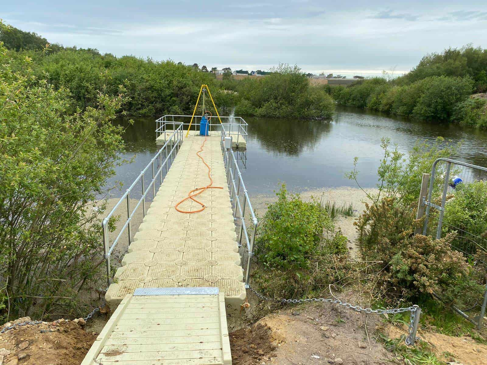 Modular cube pontoon with handrails, with stabalisation unit and chain block